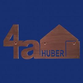 Türschild mit angeschnittener Hausnummer