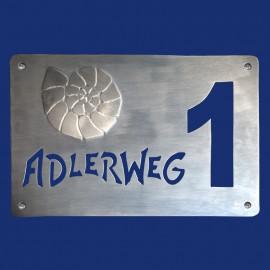Türschild mit Hausnummer und Ammonit aus Aluminium