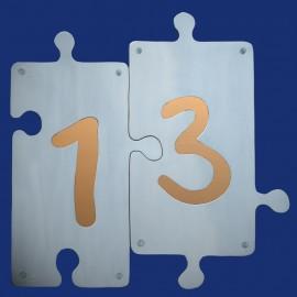 Puzzle Hausnummer 13 mit farbigem Hintergrund