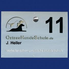 Türschild mit Hausnummer, Klingel und Logo