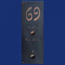 großes Kupferschild mit Hausnummer, Klingel und Lichttaster