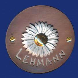 Rundes Kupfer Klingelschild mit Margeritenblüte, Name und Hintergrundplatte