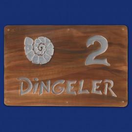 Kupferschild mit Hausnummer 2 und Ammonit