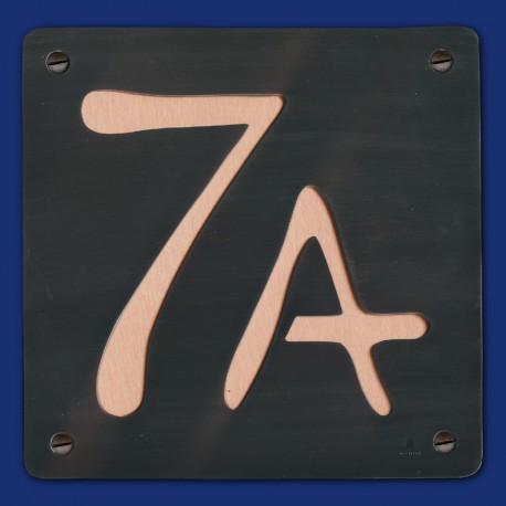 schwarze Kupfer-HAUSNUMMER 7 A  mit Kupfer-Hintergrund