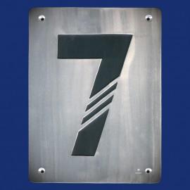 Hausnummer 7 aus Aluminium mit diagonalen Stegen