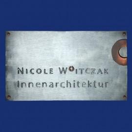 großes Firmenschild mit Logo im Querformat