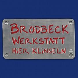 Werkstatt-Schild mit farbigem Hintergrund