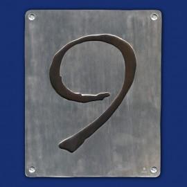Hausnummer 8 im Hochformat mit schwarzem Hintergrund