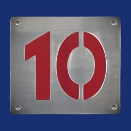 Hausnummer 10 mit farbigem Hintergrund